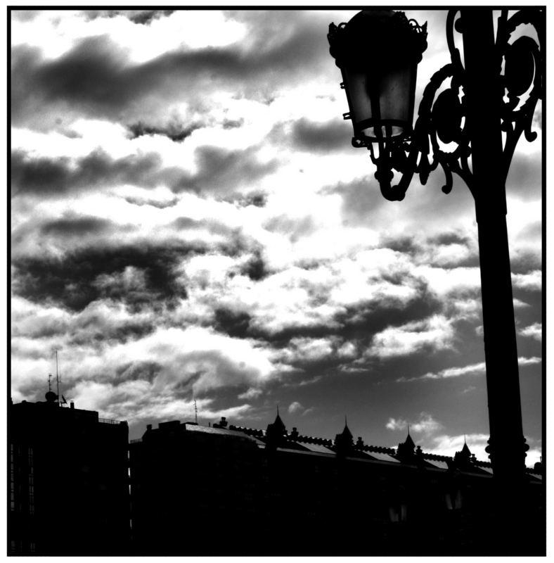 Niedliches Laternchen vor gruseligen Wolken