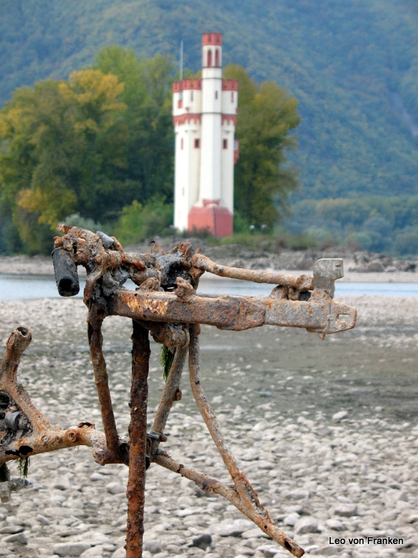 Niedrigwasser-Kunst vorm Mäuseturm