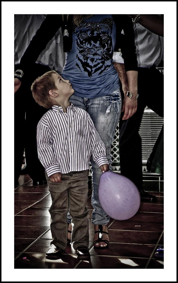 niño con globo