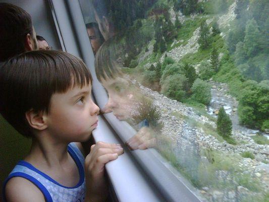 Niño mirando el paisaje
