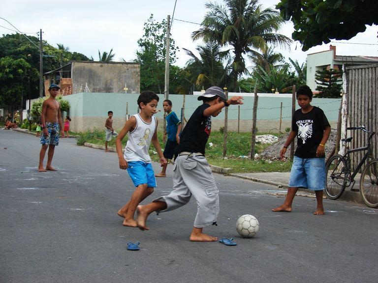niños jugando en la calle