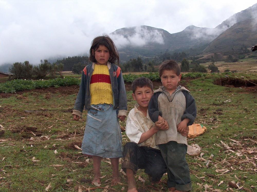 niños que sufren las clemencias del frio