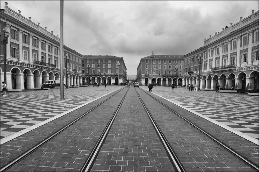 Nizza: Strassenbahn ohne Stromleitung...