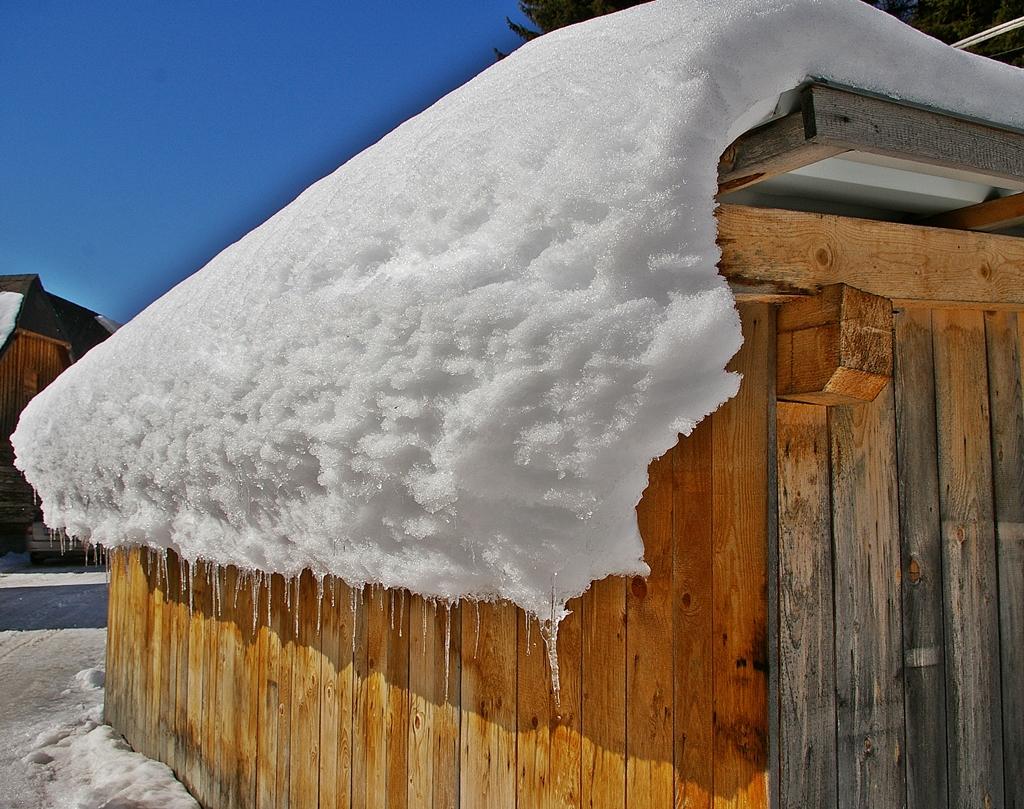 ...noch hält der Schnee am Dach....