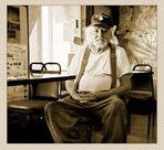 Noch immer ein alter Mann in einer alten Kneipe...