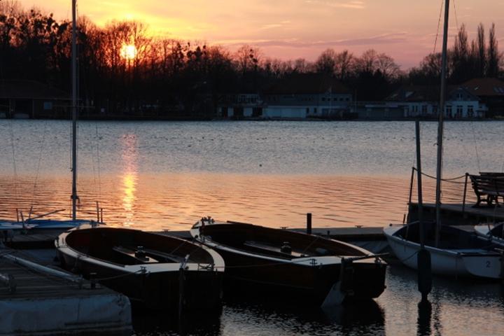 Noch liegen die Boote ruhig im Maschsee .....