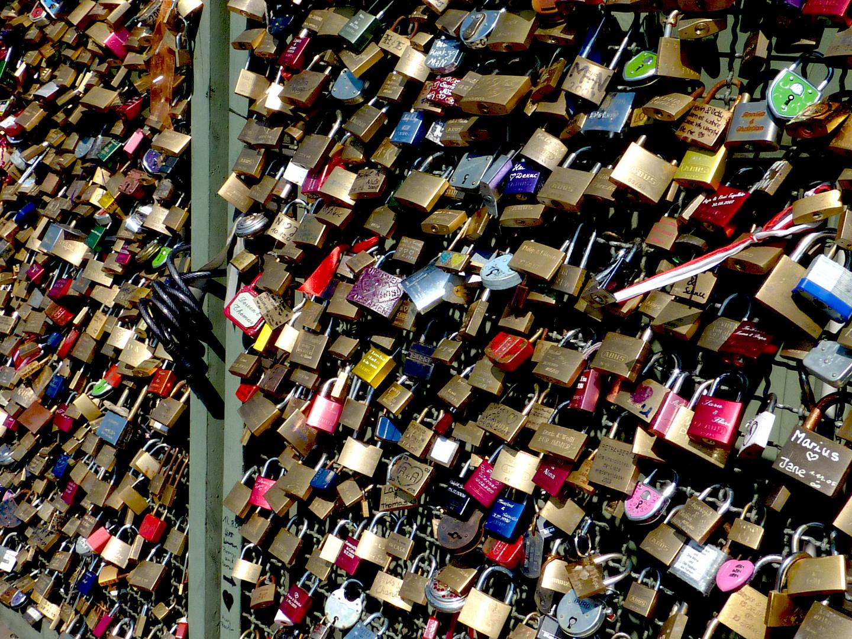 Noch mehr Liebesschlösser an der Hohenzollernbrücke am Hauptbahnhof in Köln