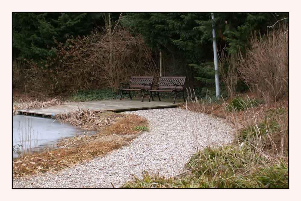 Noch ruht still der Teich.