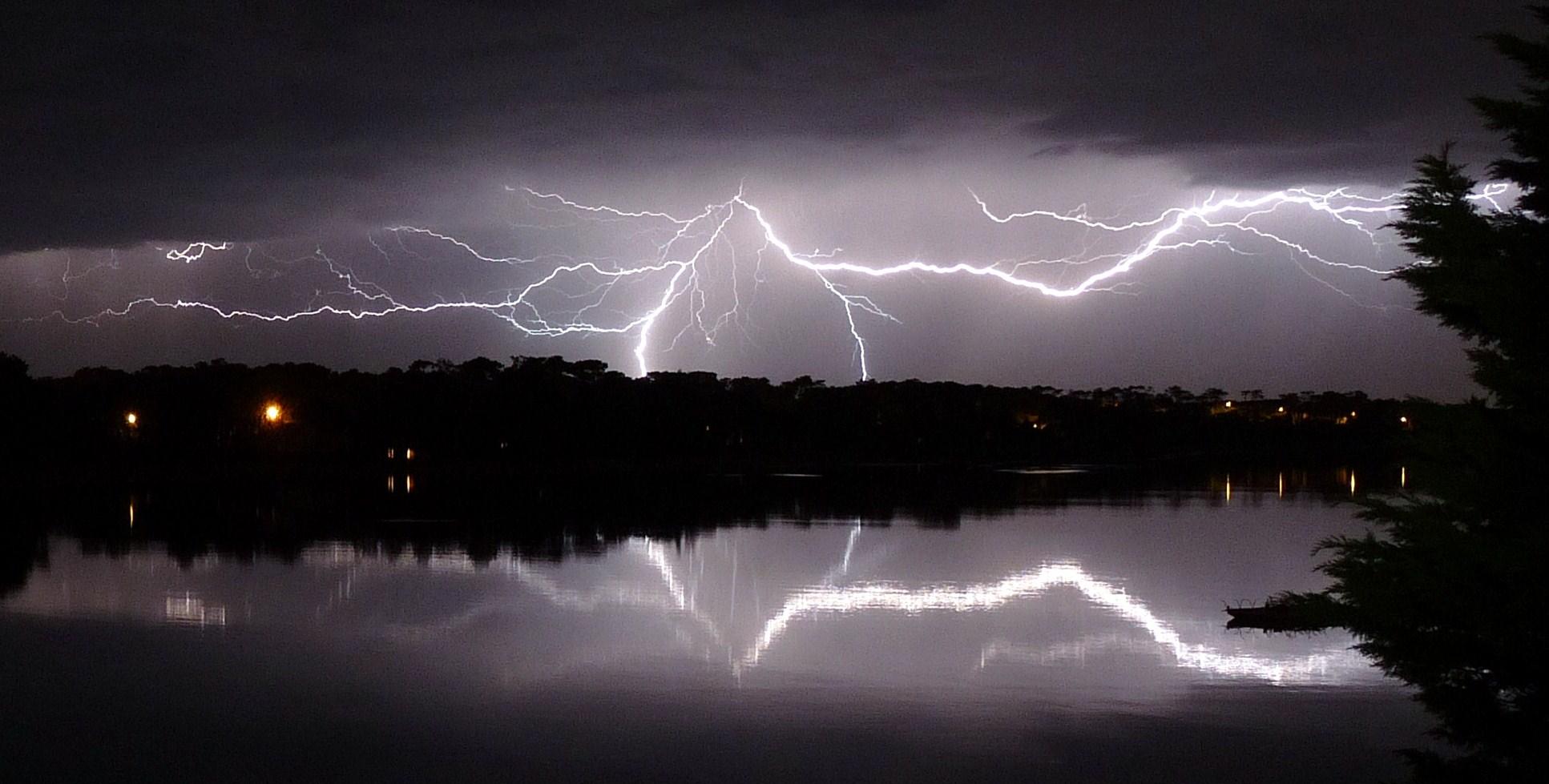 Noche de tormenta sobre el lago