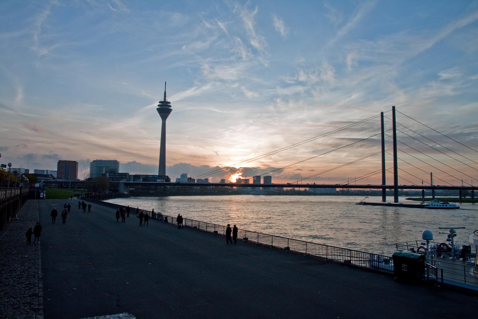 Nochmal Düsseldorf an der Rheinpromenade letzten Herbst