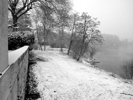 noir et blanc sur rivière