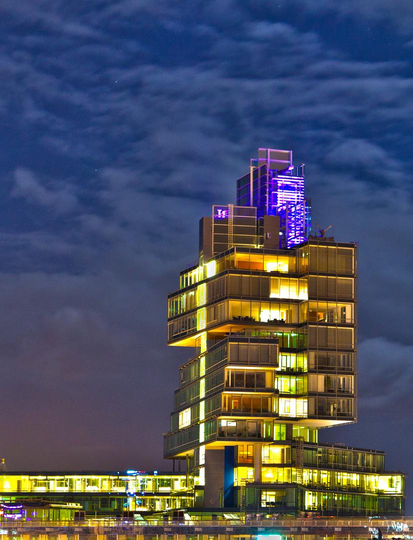 Nord LB Gebäude in Hannover bei Nacht als HDR stark gesättigt