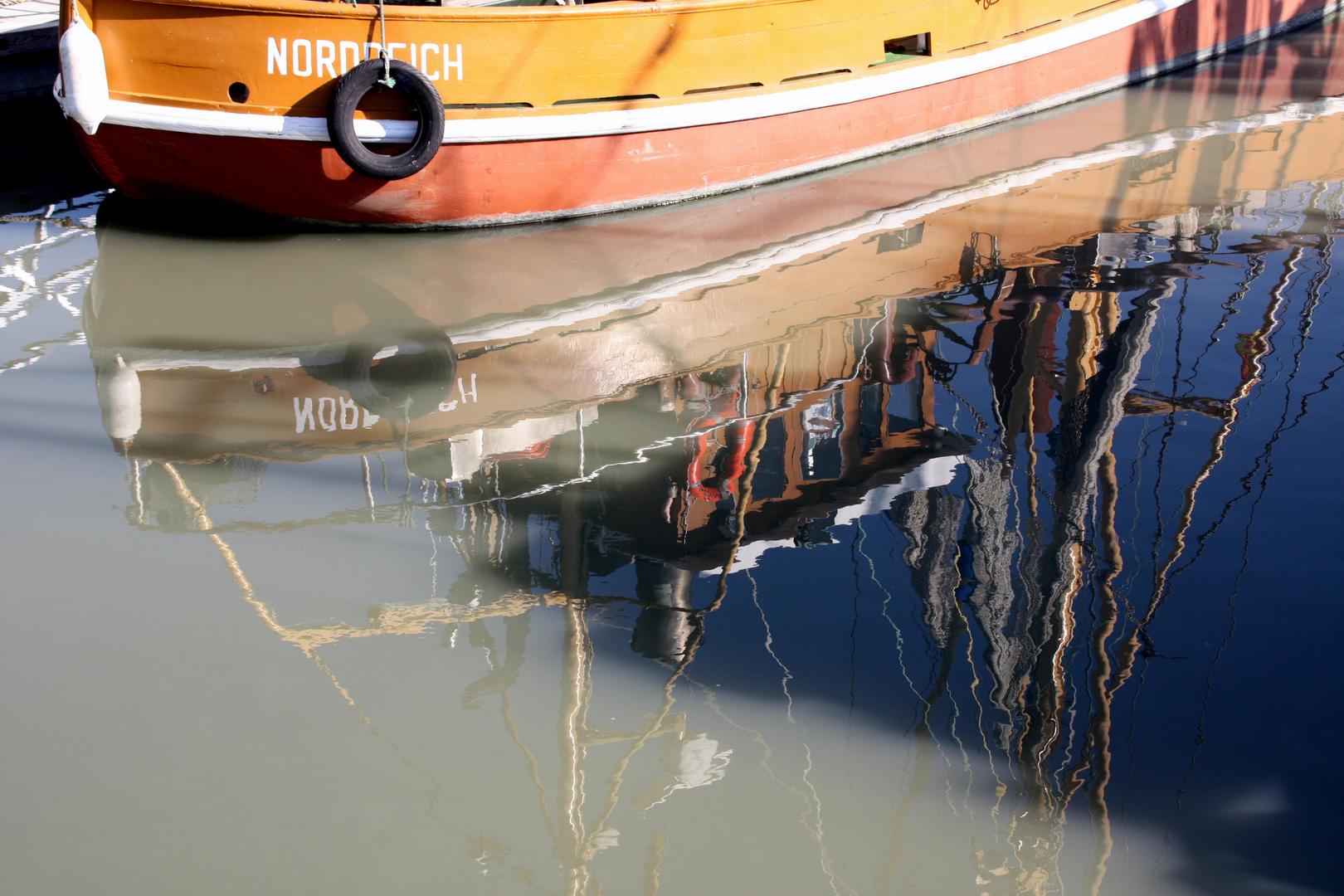 Norddeich - Kutter-Spiegelung im Hafenbecken
