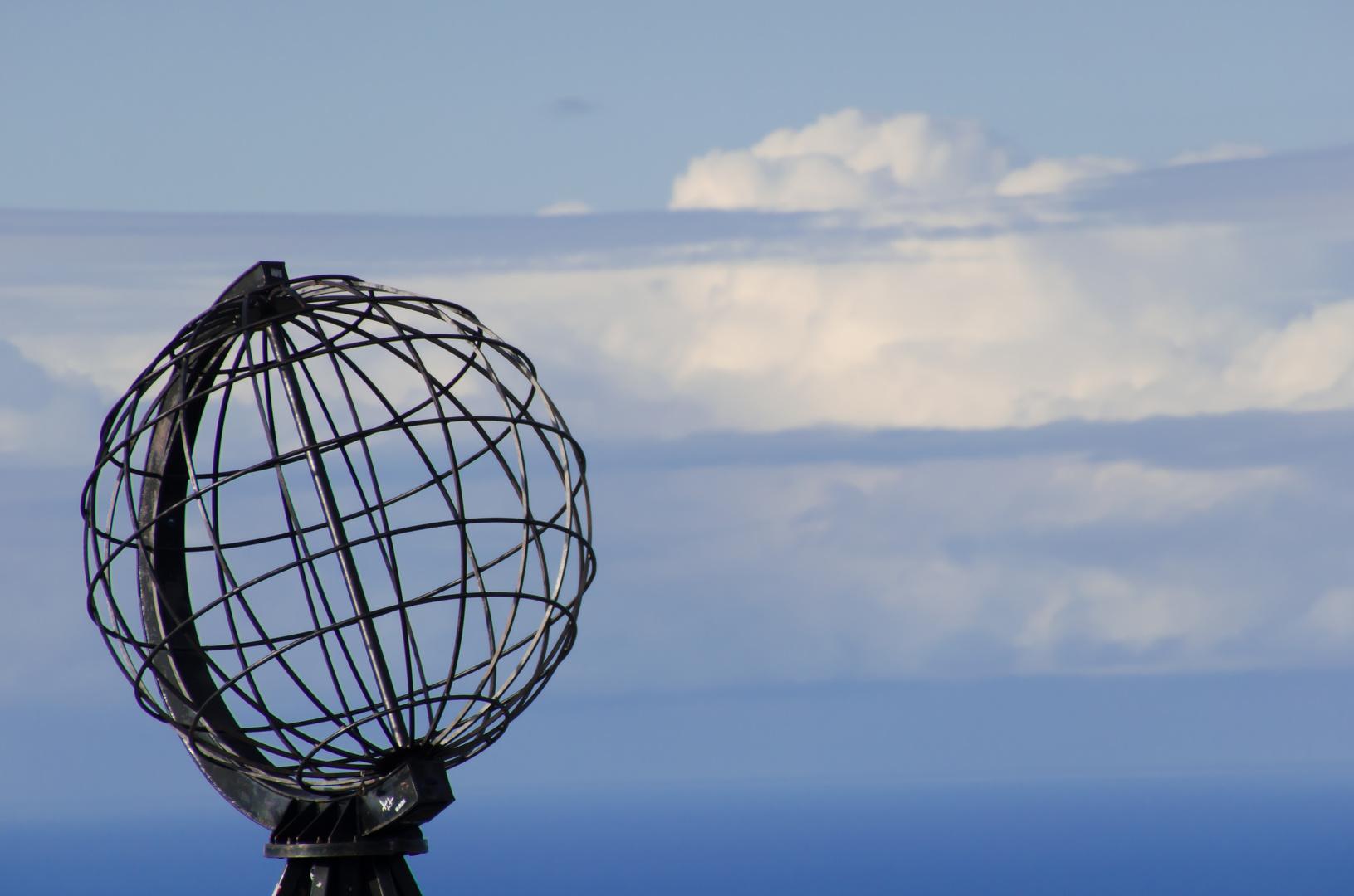 Nordkapkugel im blauen Himmel