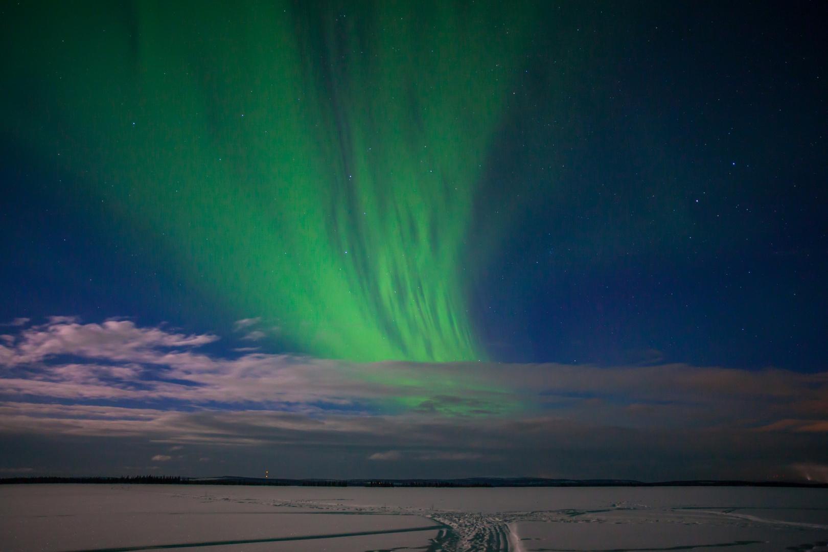 Nordlicht in mondheller Landschaft