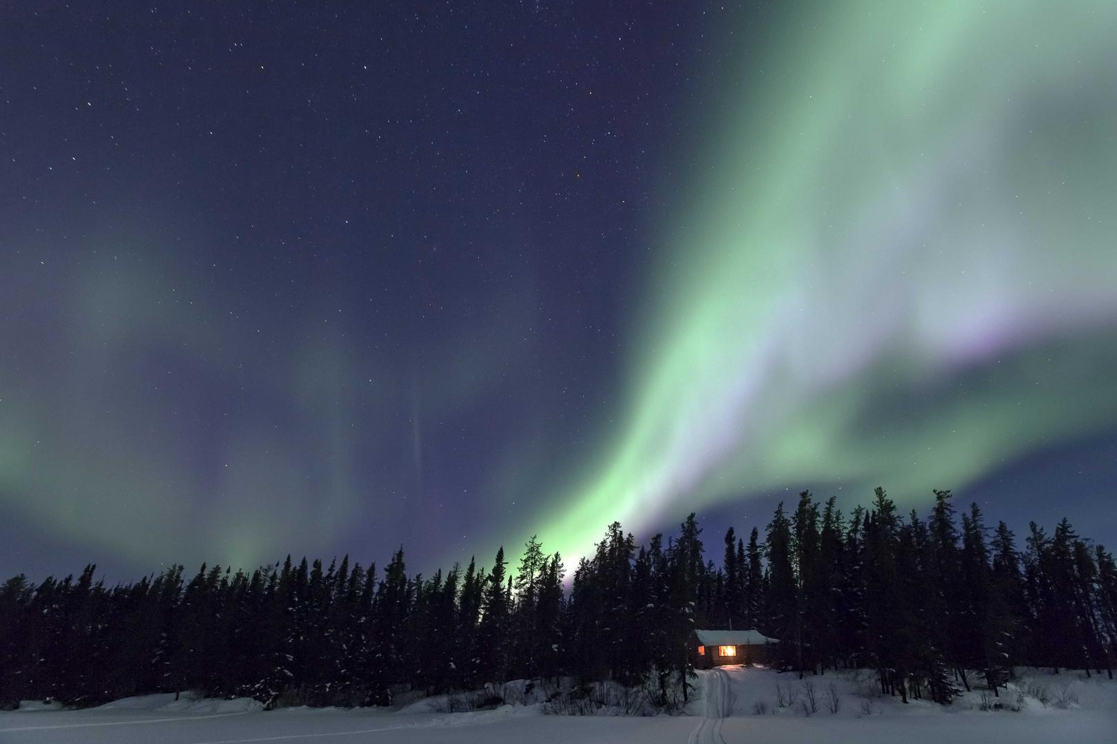 Nordlicht über meiner kleinen Hütte in Kanada