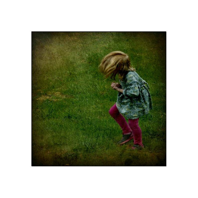 Norsk lita jente på en eng