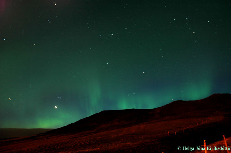 Northern lights dansing on a mountain
