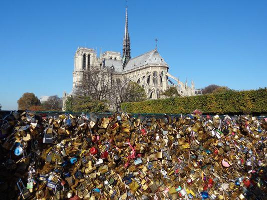 Notre Dame de Paris et les cadenas amoureux