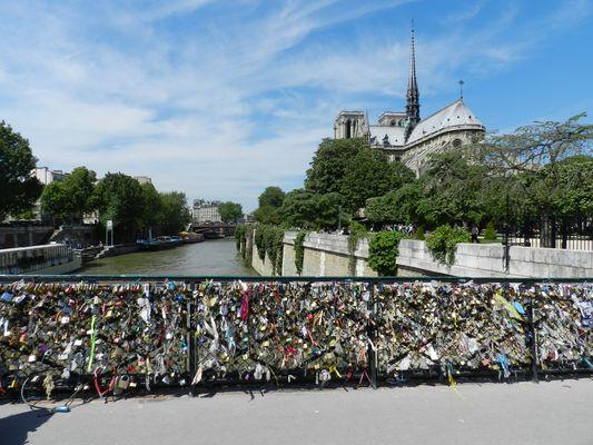 Notre Dame et le pont des amoureux ! des cadenas à profusion !