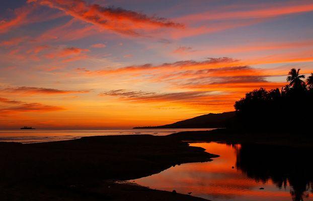 Nouvelle-Calédonie - Lever de soleil sur la plage de Poindimié -