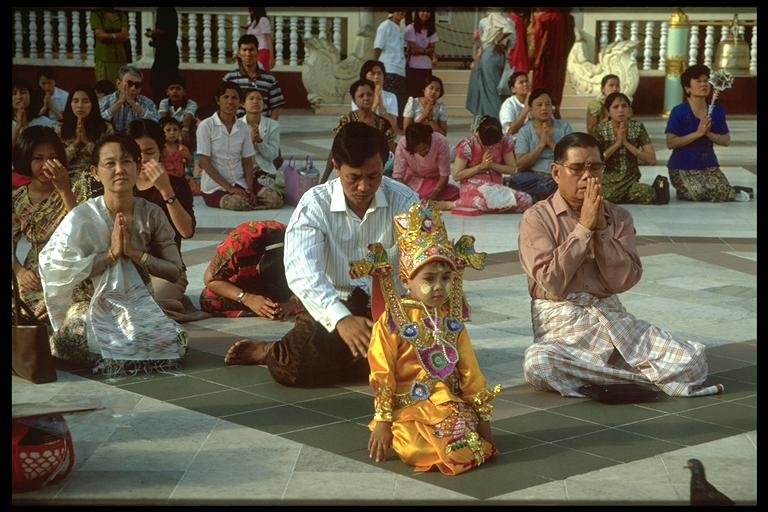 Novizin beim Gebet mit der Familie