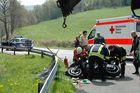 Nrw strassenwart wird von motorrad unter leitplanke eingeklemmt