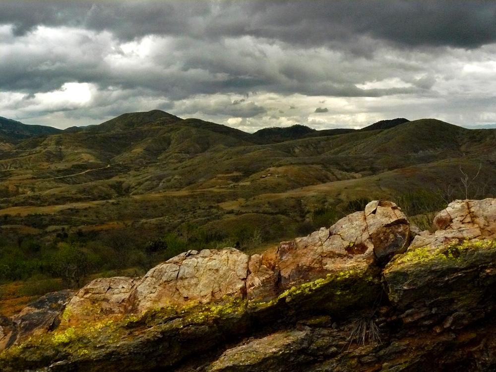 Nubes - montañas - rocas - liquen
