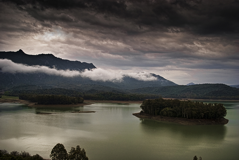 nubes sobre el pantano