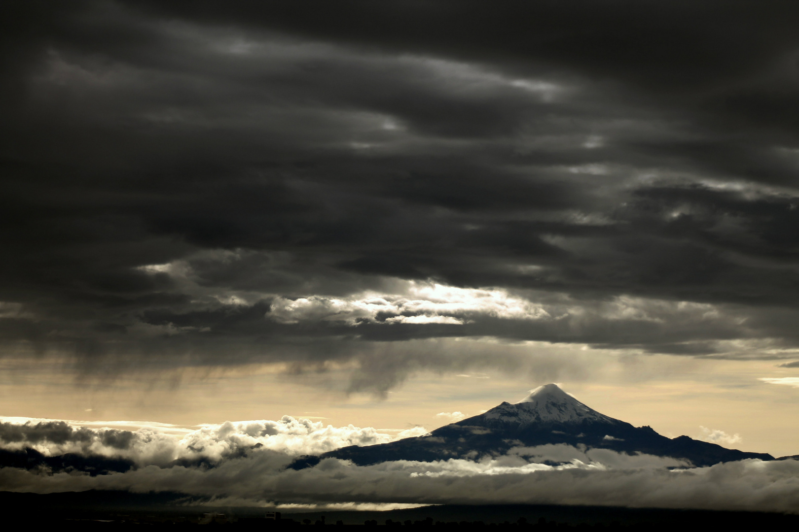 nubes y volcán