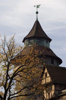 Nürnberger Burgturm im Herbst