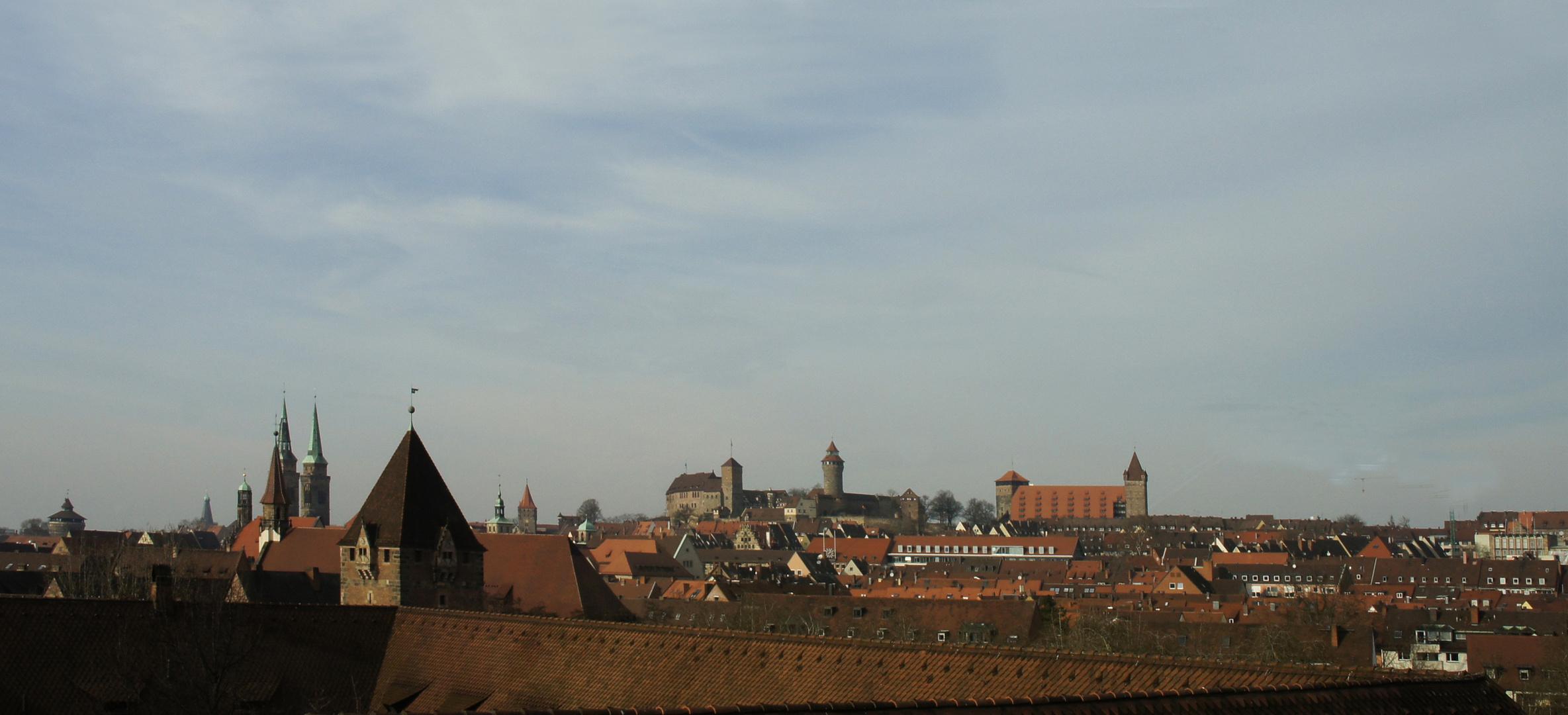 Nürnbergs Burg über den Dächern der Stadt...