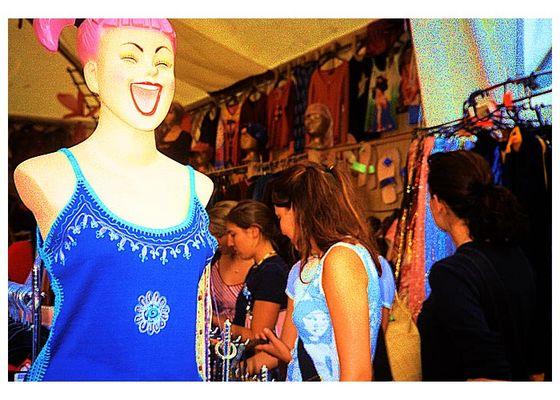 Nur wer immer schön ganz viel einkauft, ist ein lustiger, fröhlicher und zufriedener Mensch...