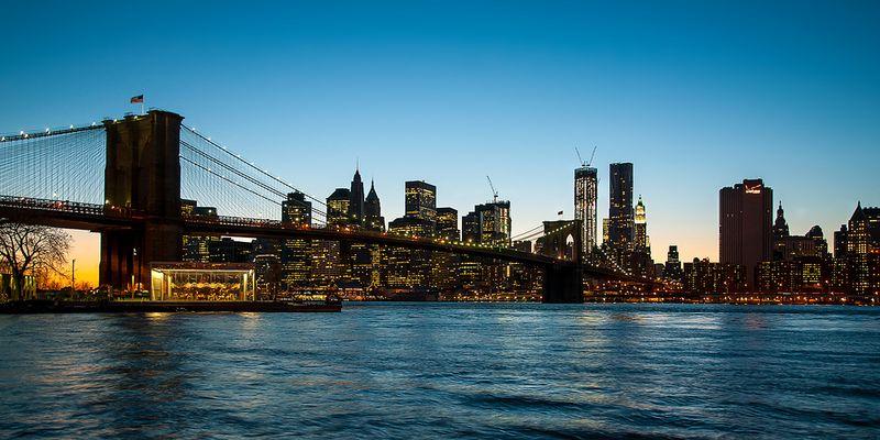 N.Y. [125] - Brooklyn Bridge zur frühen Blauen Stunde