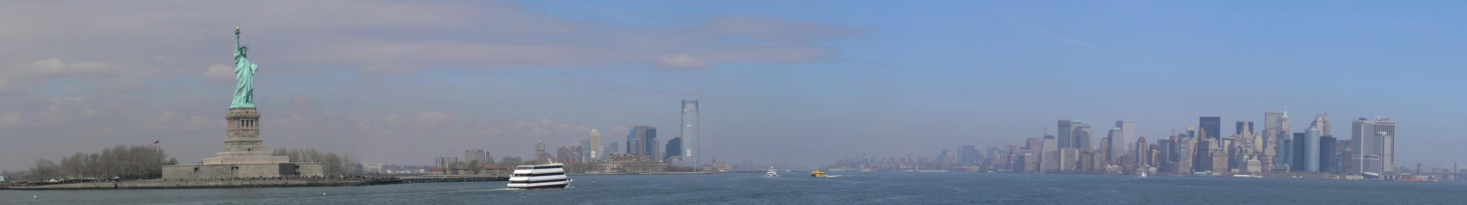 NYC mit Freiheitsstatue vom Schiff aus