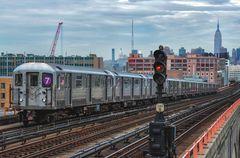 NYC Subway - 7 Train auf der Fahrt von Manhattan nach Flushing Main St