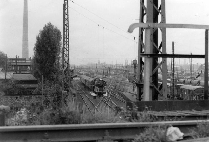 O1.5 fährt in Richtung Gera, aus Bhf. Plagwitz aus.