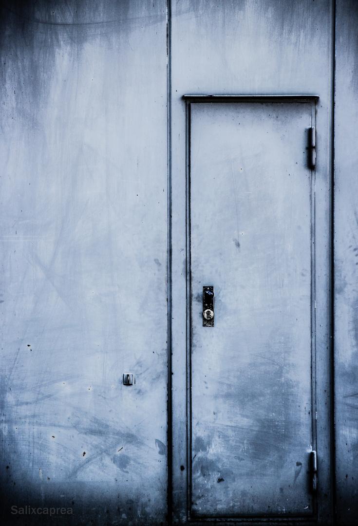 Ob Du wirklich richtig stehst, siehst du, wenn die Tür aufgeht.