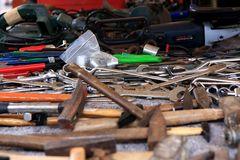 Ob ne Schraube locker ist oder sonst ein Schaden vorliegt, ein Mann muss wissen wo der Hammer hängt