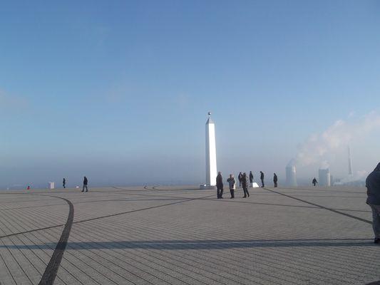 Obelisk auf Halde Hoheward im Winter