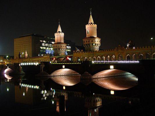 Oberbaumbrücke in Berlin bei Nacht
