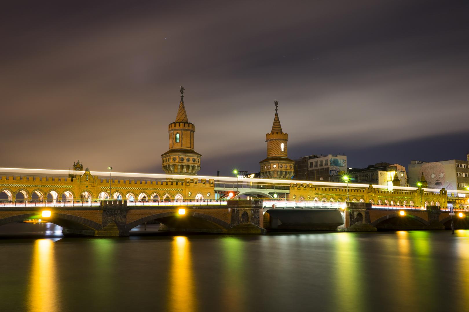 Oberbaumbrücke in stürmischer Frühlingsnacht