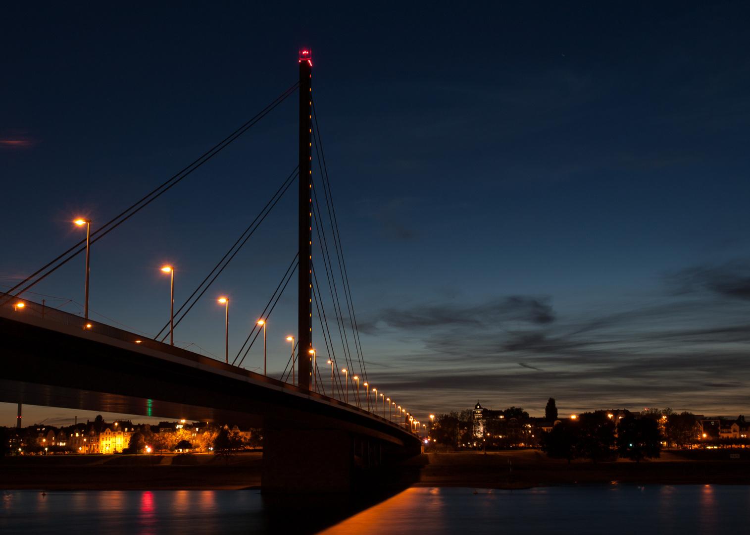 Oberkassler Brücke bei Nacht