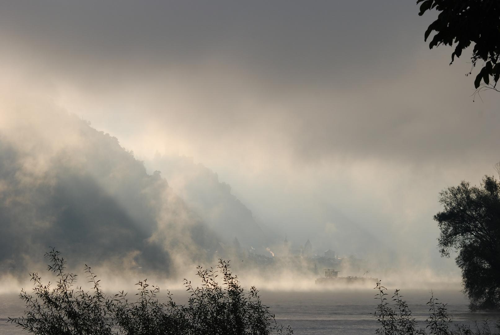 Oberwesel, Blick nach Kaub, im Herbst, Mystischer Sonnenaufgang