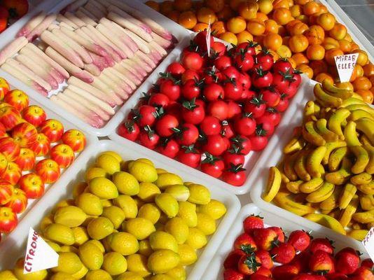 Obst und Gemüse frisch auf den Tisch