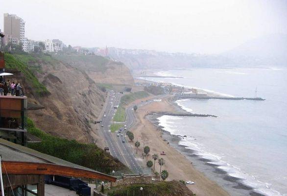 Oceano Pacífico bañando la costa de Lima