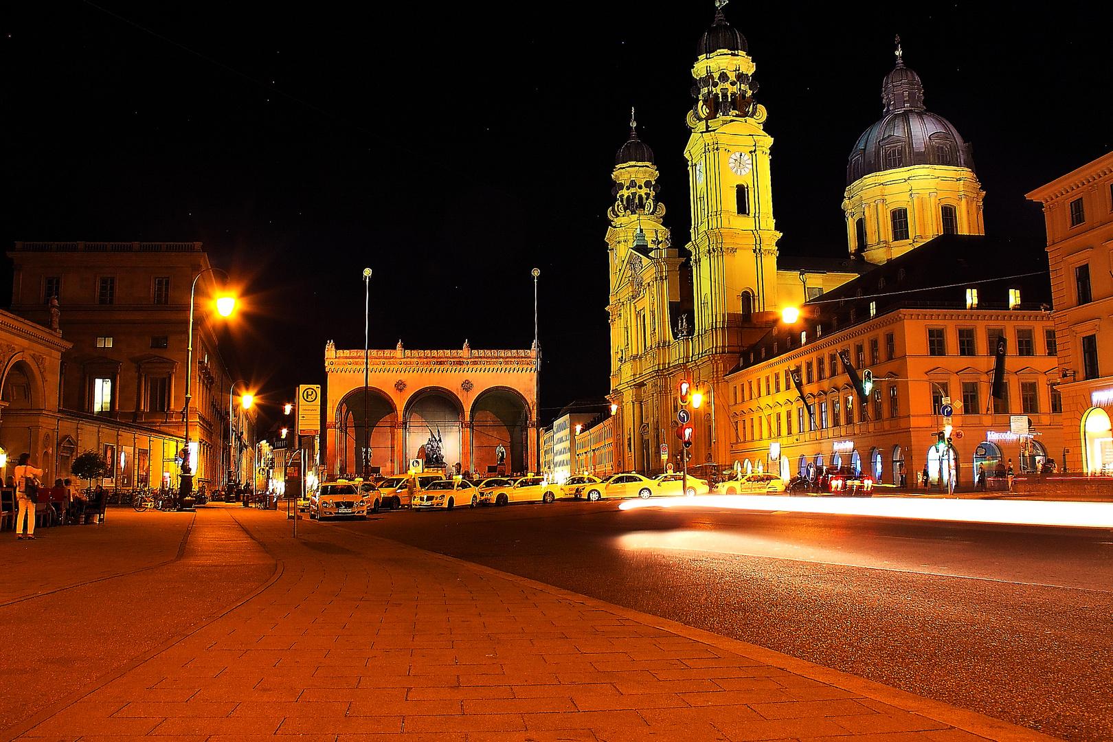 Odeonsplatz bei Nacht