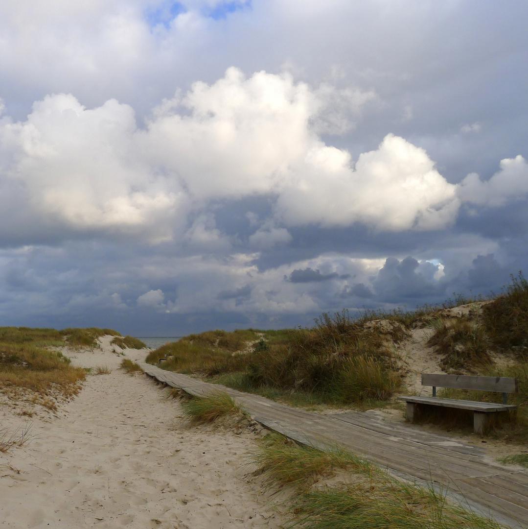 Öde liegt der Pfad zum Strand
