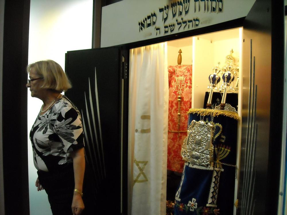 Öffnung des Thoraschreins in der Synagoge in Lörrach