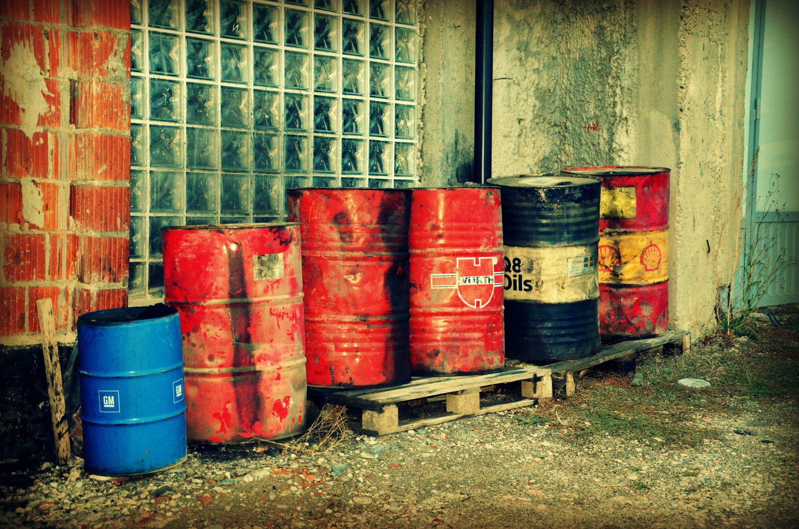 Ölfässer in Pristina